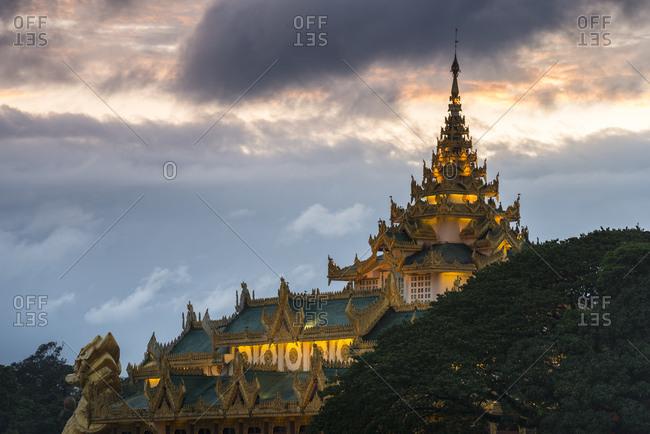 Karaweik Palace at dusk on Kandawgyi Lake, Kandawgyi Nature Park, Yangon or Rangoon, Yangon Region, Myanmar, Asia