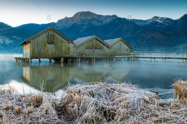 Morgenstimmung on Lake Kochel, boathouses on the lake in morning fog and hoarfrost, Lake Kochel, alpine upland, Upper Bavaria, Bavaria, Germany, Europe