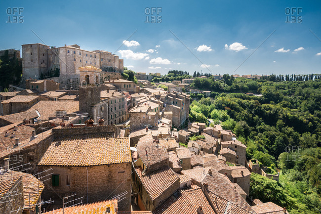 The old village of Sorano dominated by the medieval Orsini fortress, Maremma, Tuscany, Italy
