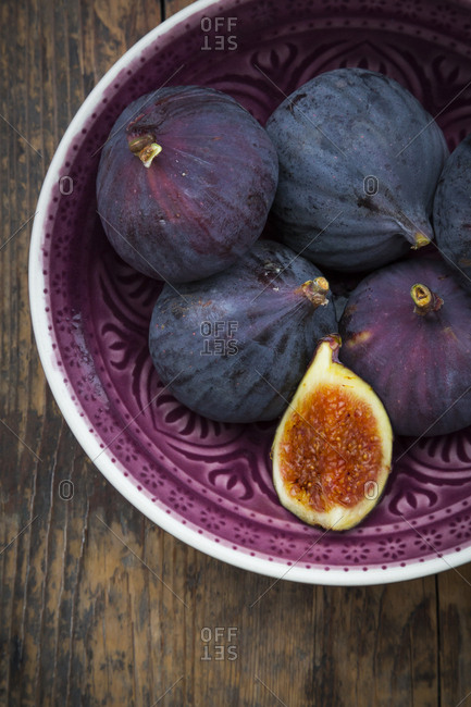 Organic figs in a bowl