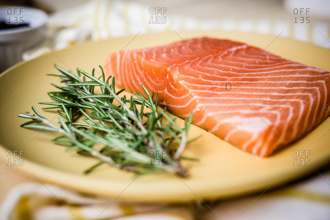 Single serving of prepared gravlax