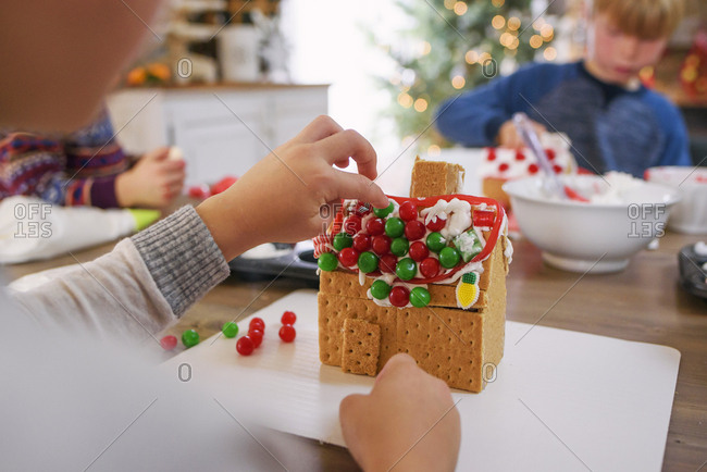 Kids decorating gingerbread houses