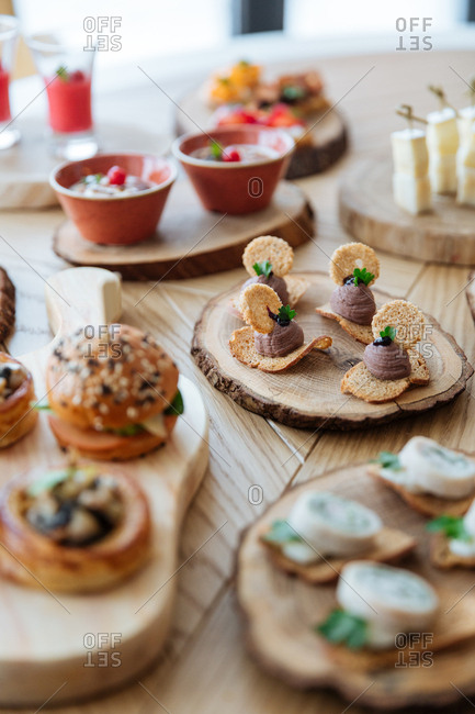 Hors d'oeuvres served on wooden discs