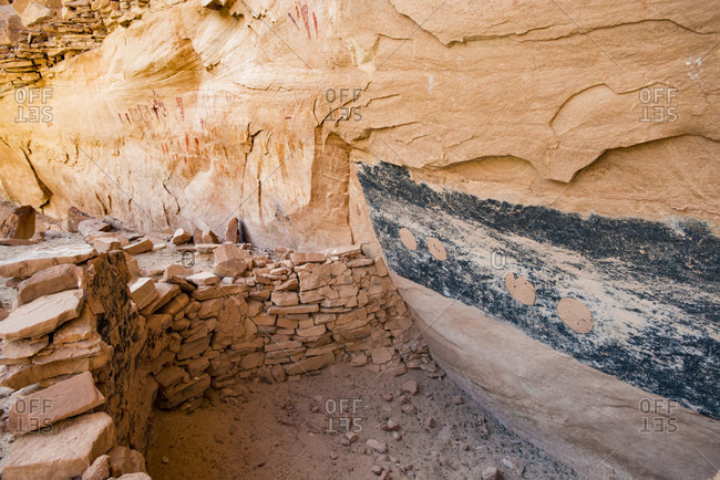 Dwellings and Green Mask pictographs, Sheiks Canyon, Grand Gulch area of Bears Ears National Monument, Utah, USA