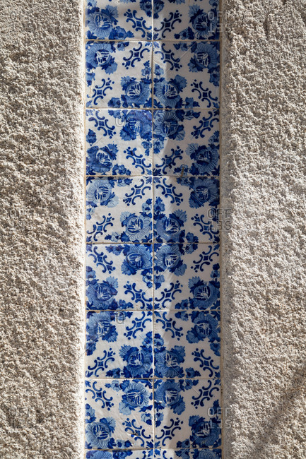 Tiled ceramic wall