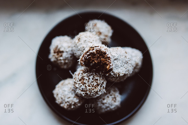 Raw healthy coconut balls - Offset