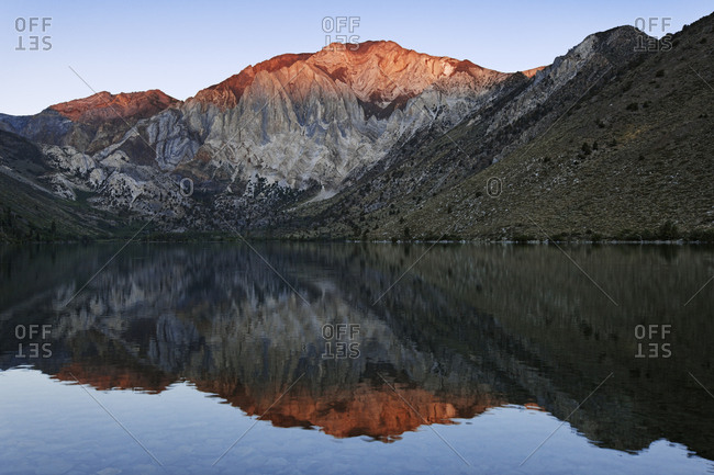 USA, California, Sierra Nevada Range, Sunrise on Convict Lake