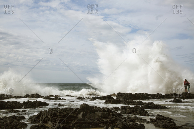 USA, Oregon, Cape Perpetua, Two girls and large wave