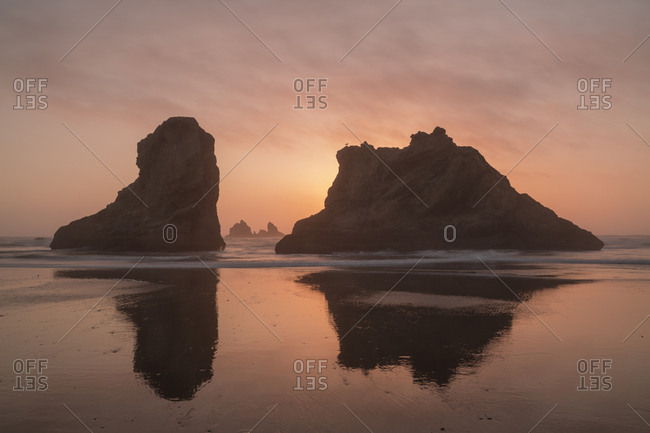USA, Oregon, Bandon Beach, Sunset on Bandon Beach at low tide
