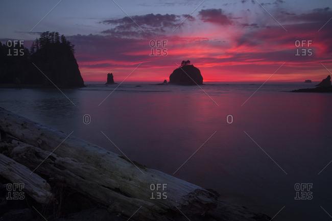USA, Washington State, Rialto Beach, Fiery sunset on coastline
