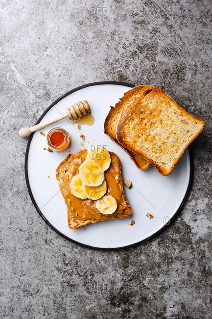 Toast with peanut butter, honey and slices of banana