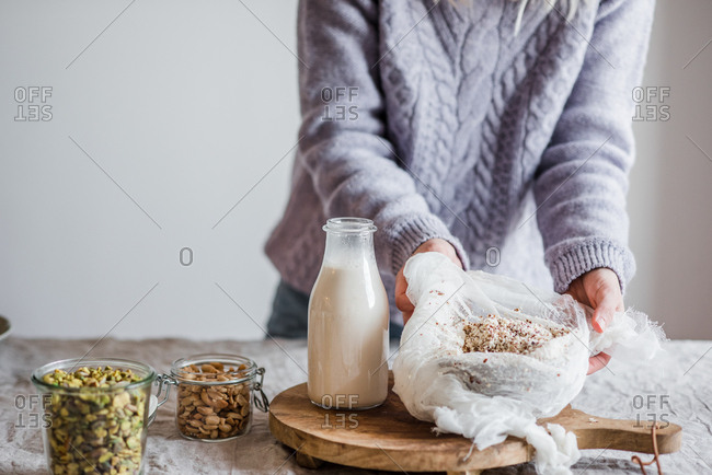 Ingredients used in making homemade almond milk