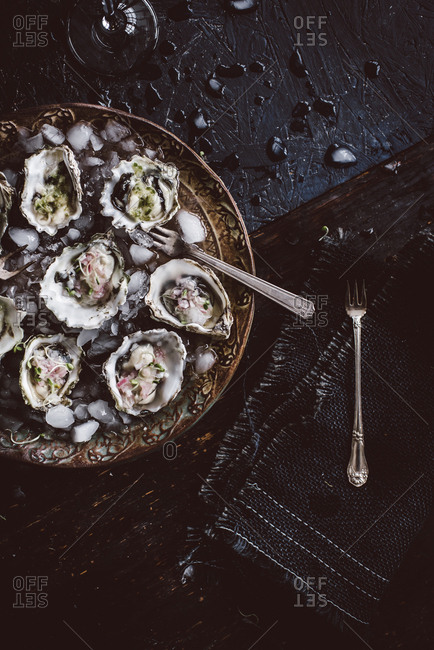 Oysters served with ice