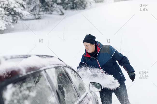 Man clearing car from snow