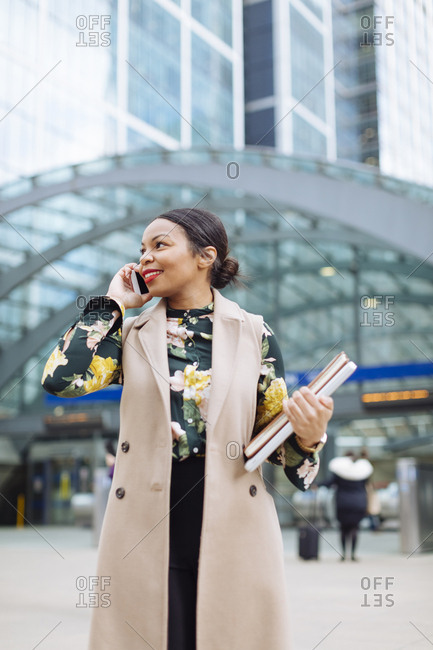 UK- London- portrait of smiling fashionable businesswoman on the phone