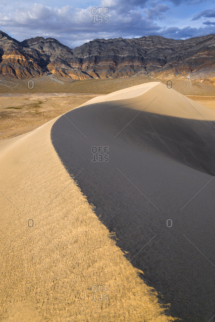 USA, California, Death Valley National Park, Eureka Dunes, Sand dune and mountains