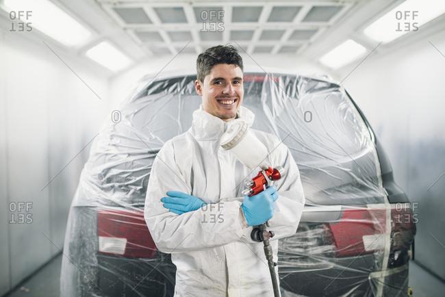 Auto painter with paint spraying gun