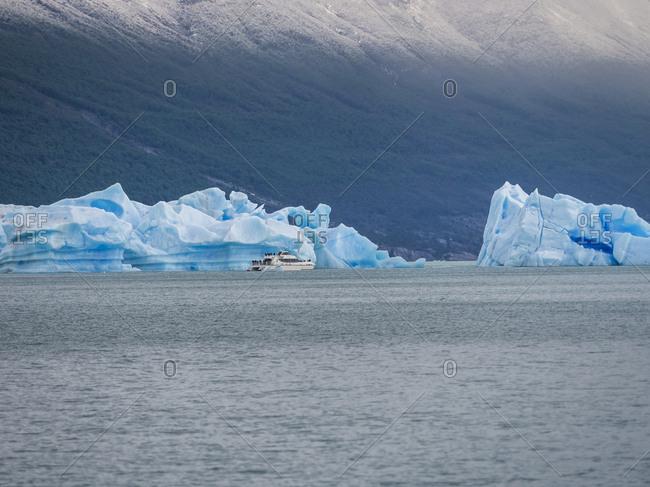 Argentina- Patagonia- El Calafate- Puerto Bandera- Lago Argentino- Parque Nacional Los Glaciares- Estancia Cristina- broken iceberg- tourboat