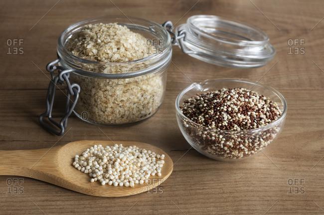 Quinoa flakes- quinoa graines and puffed quinoa