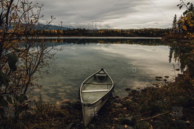 Canada- British Columbia- Boya Lake- Boya Lake Provincial Park- kanu at lakeshore