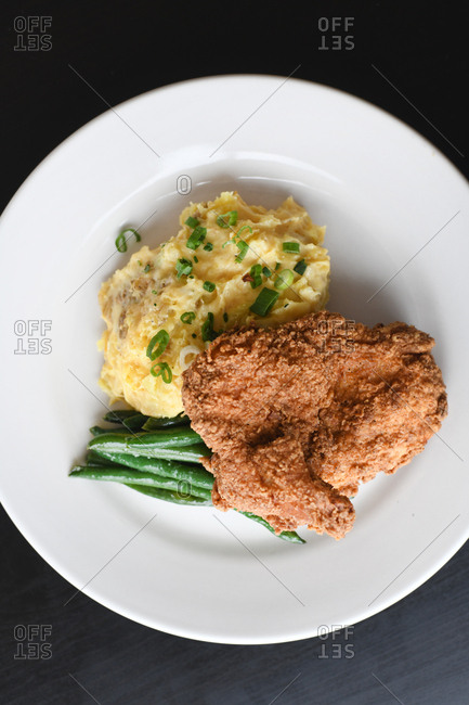 Fried chicken with mashed potatoes and green beans