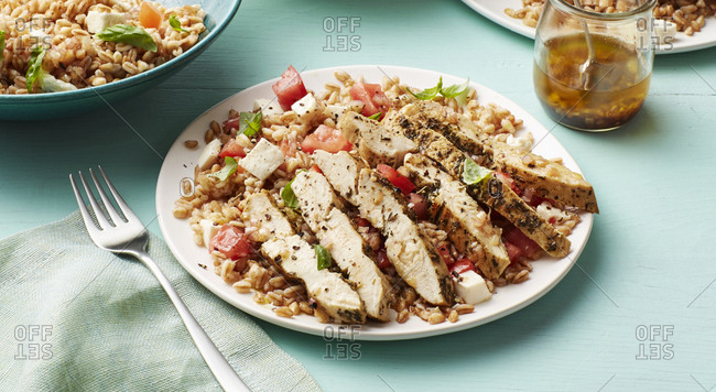 Summery dinner with seared chicken and farro salad