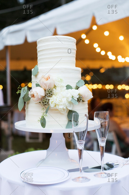 Wedding cake and champagne glasses at an outdoor wedding