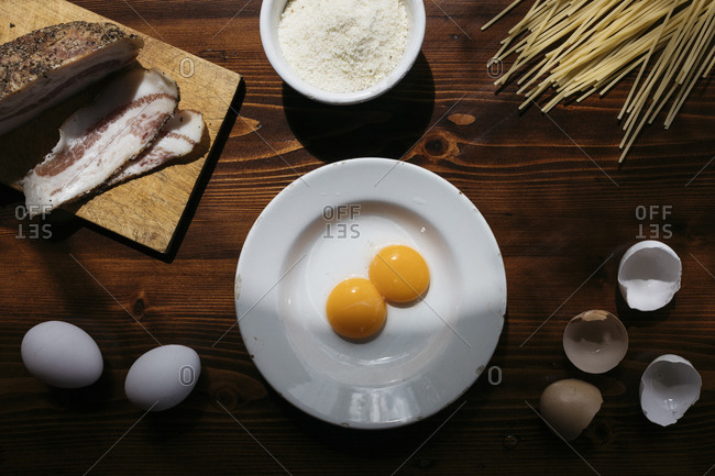 Ingredients to prepare pasta alla carbonara