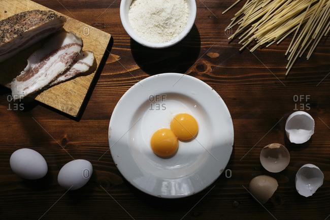 Ingredients to prepare pasta alla carbonara