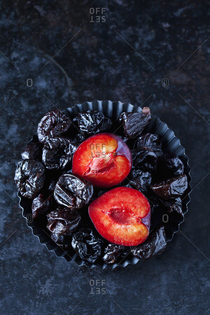 Fresh and dried plums in cake tin