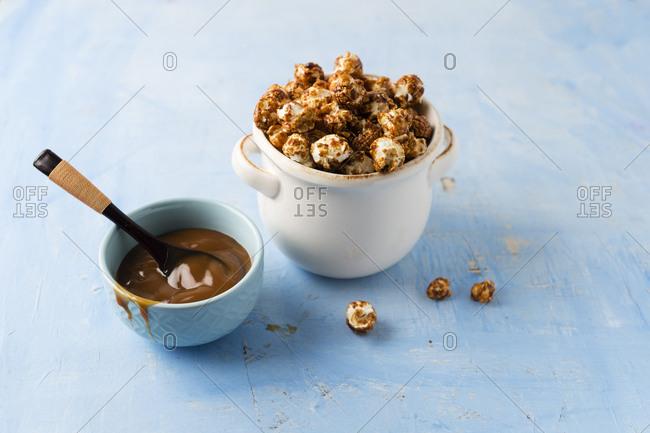 Caramel popcorn in bowl