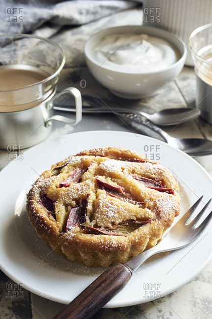 Rhubarb tartlet with honey and yogurt for tea