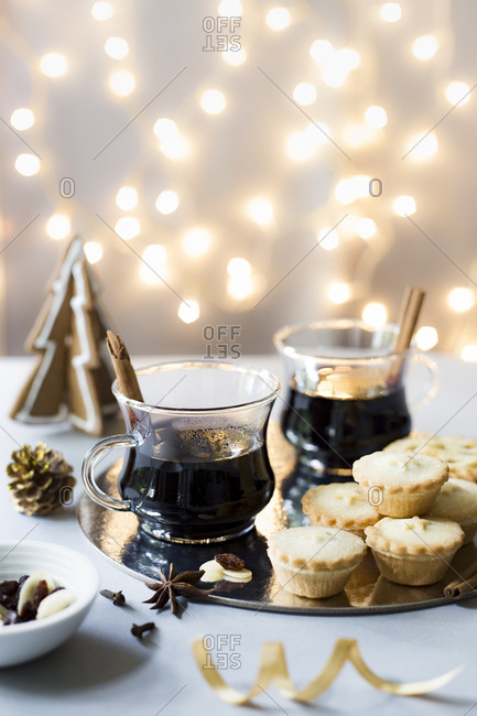 Christmas glogg mulled wine with mince pies