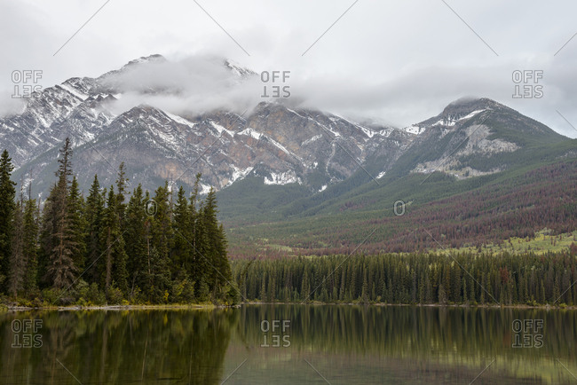 Canada, Alberta, Jasper, Mountains reflecting in Pyramid Lake