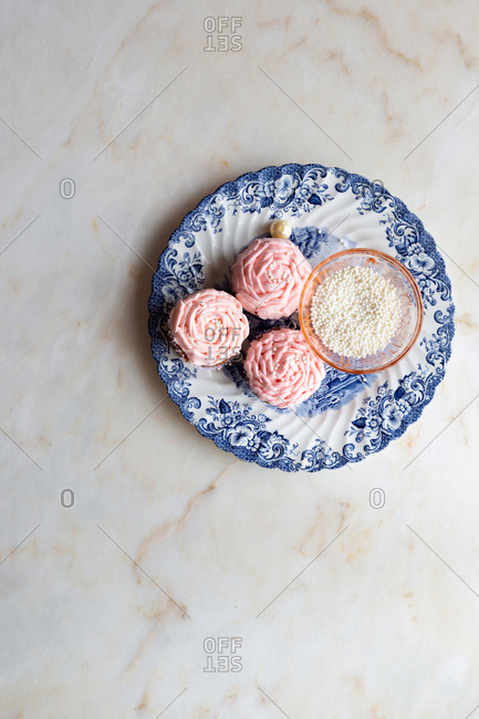 Light pink cupcakes with pearl and decorations