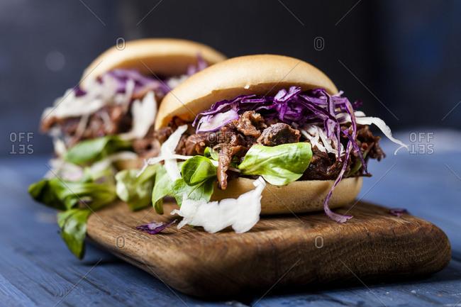 Vegan jackfruit jurger with red cabbage- white cabbage- lamb's lettuce