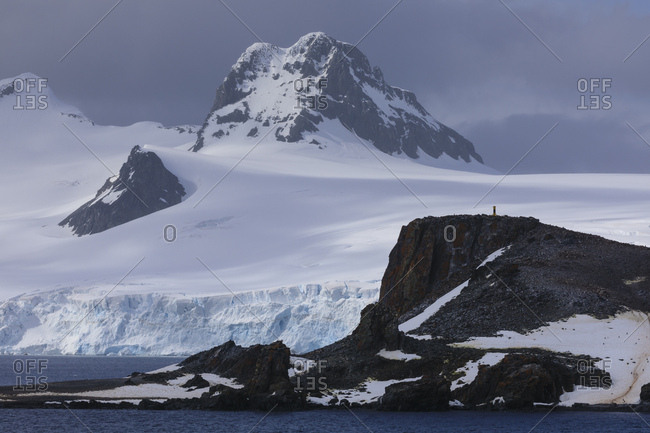 Half Moon Island, Livingston Island mountain and glacier backdrop, South Shetland Islands, Antarctica, Polar Regions