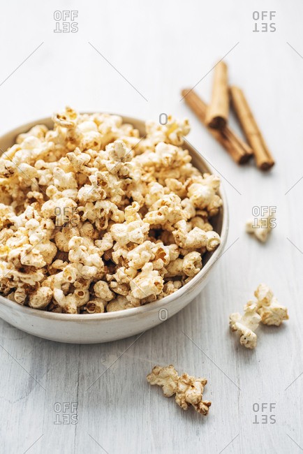 Popcorn flavored with cinnamon and birch sugar