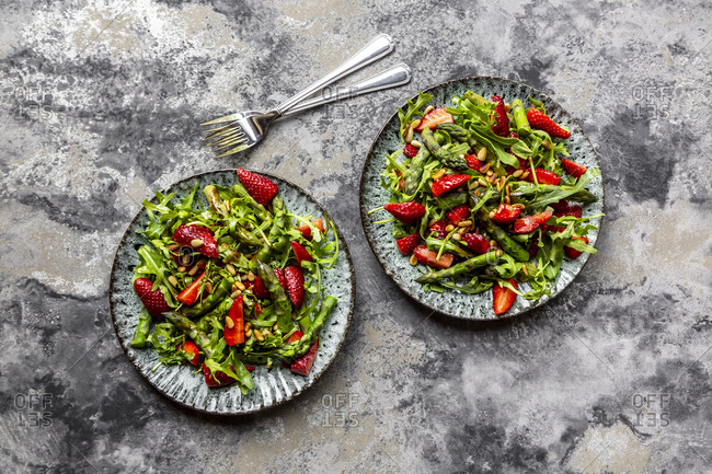 Salad of green asparagus- rocket- strawberries and pine nuts