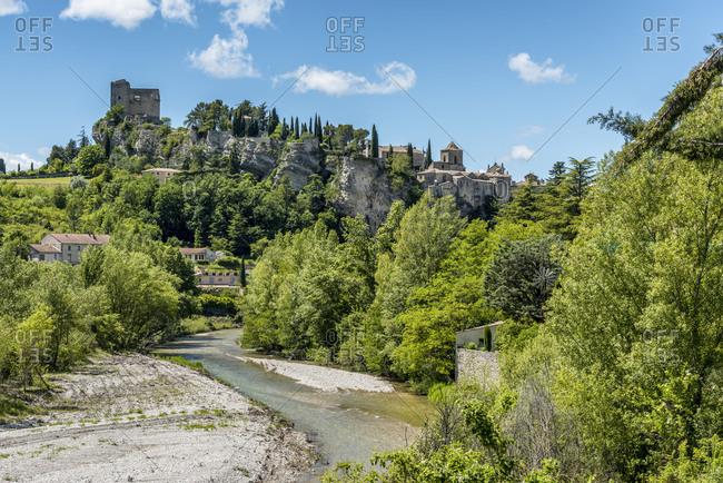 Vaison-la-Romaine, Vaucluse, Provence, Provence-Alpes-Cote dAzur, France, view of Old Town and castle of Vaison-la-Romaine with the river Ouveze, Arrondissement Carpentras,
