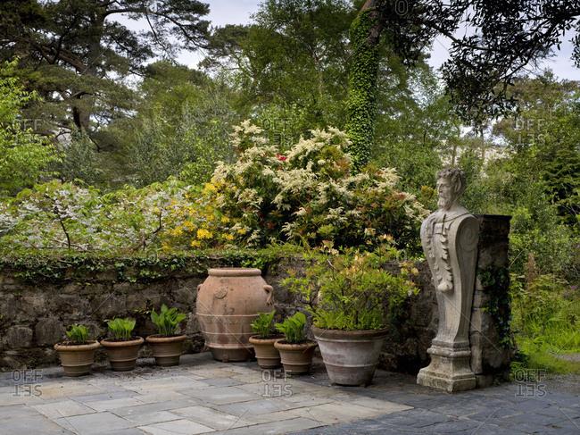 Ireland, Donegal, Glenveagh national park, garden of Glenveagh Castle, wall, tone pots, statue