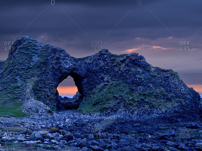 Northern Ireland, Antrim, Causeway Coast, bile formation with hole in the Causeway Coast, evening sky