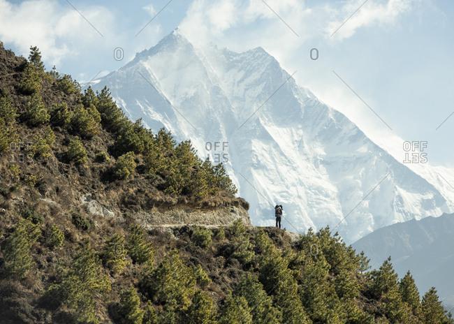 Nepal- Solo Khumbu- Everest- Sagamartha National Park- Man looking at Mount Everest