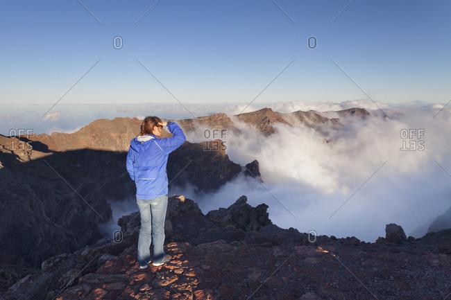 Tourist looks from Roque de los Muchachos in the Caldera de Taburiente, Parque Nacional de la Caldera de Taburiente, La Palma, Canary islands, Spain