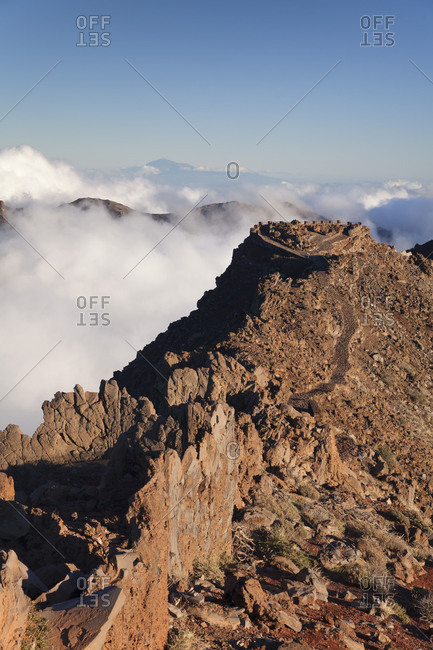 View of Roque de los Muchachos above Caldera de Taburiente to Tenerife and the Pico del Teide, Parque Nacional de la Caldera de Taburiente, La Palma, Canary islands, Spain