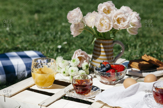 Rustic breakfast served on wooden crate