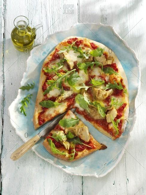 An artichoke and rocket piza