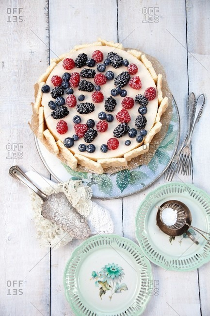 Mascarpone-forest berry cake - Offset Collection