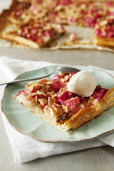 Rhubarb cake with almonds and vanilla ice cream