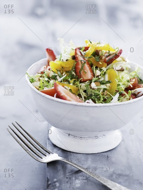 Mixed salad with strawberries